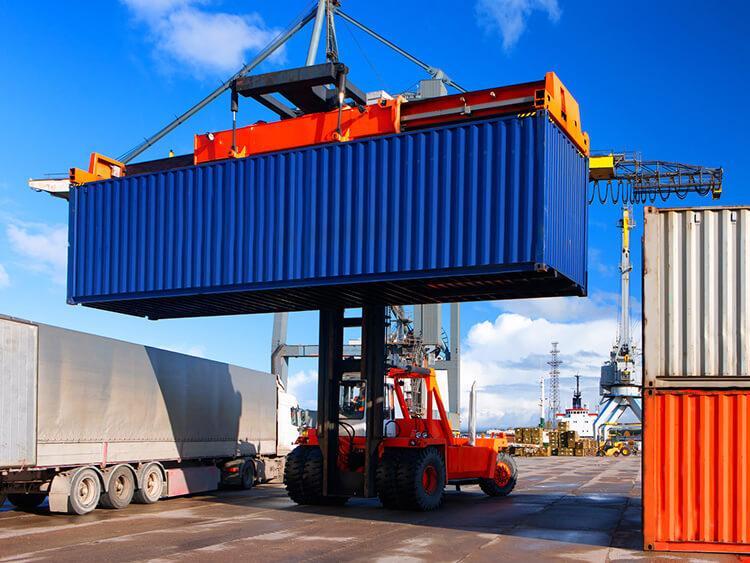Transport kontenerowy – jak załadować kontener
