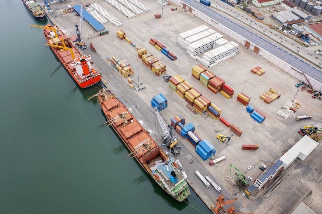 statki towarowe w porcie